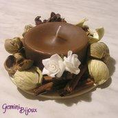 Candela marrone con decorazione pot pourri e cannella