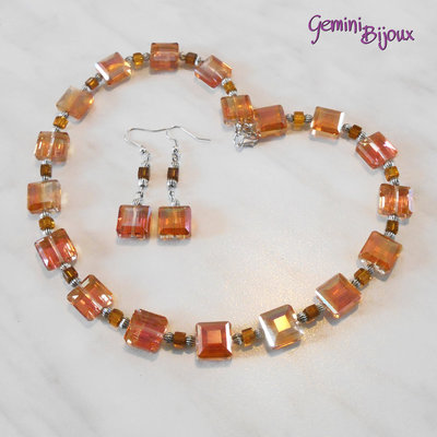Girocollo con perle quadrate electroplate arancio e orecchini abbinati