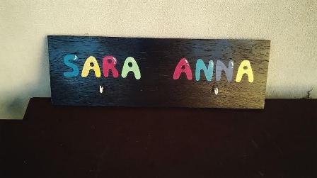 Pannello in legno con gancio  - nomi dipinti a mano e gancio appendino