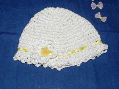 Cappellino bambina  bianco fatto a mano in cotone o lana