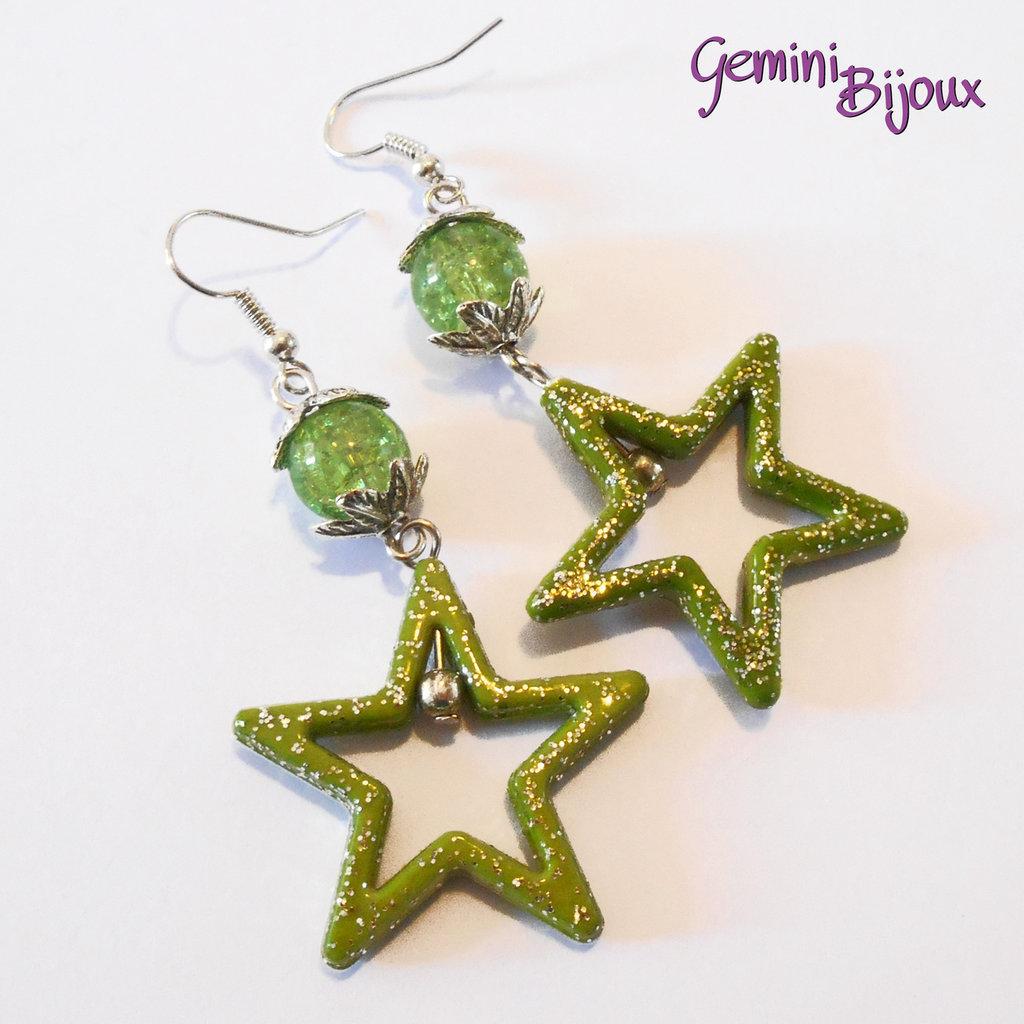 Orecchini con stelle in acrilico e perle crackle verde