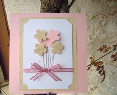 partecipazione romantica con fiori in rilievo