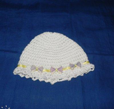 Cappellino bambina  bianco fatto a mano in cotone o lana battesimo
