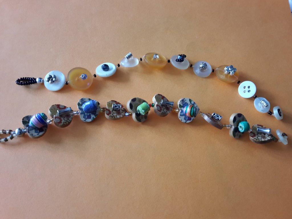 Braccialetti bottoni in plastica e legno decorati