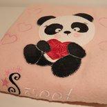 Copertina in pile neonata con applicazione di un panda interamente cucito a mano