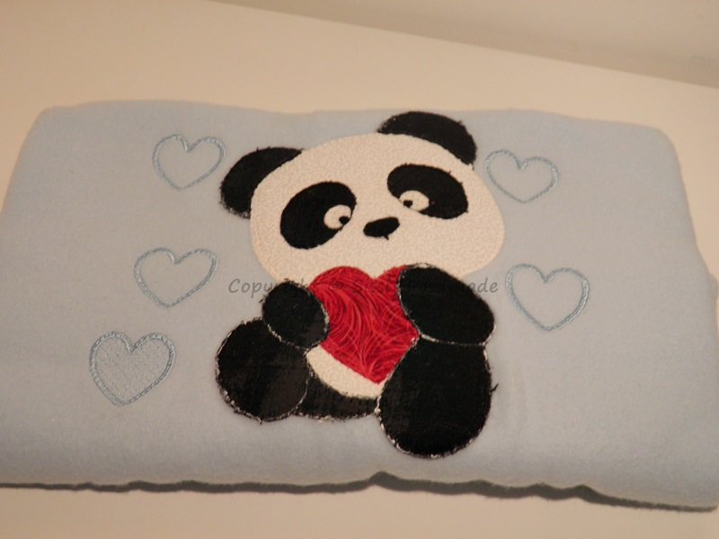 Coperta in pile neonato con applicazione di un panda interamente cucito a mano