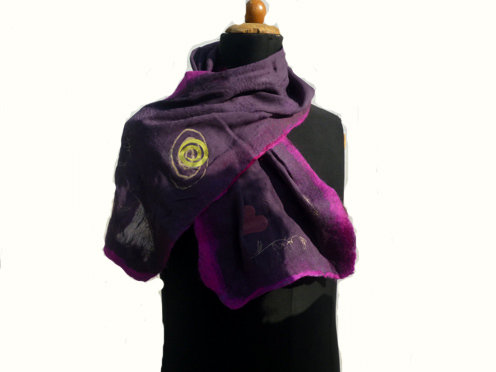 Sciarpa in seta viola e feltro.