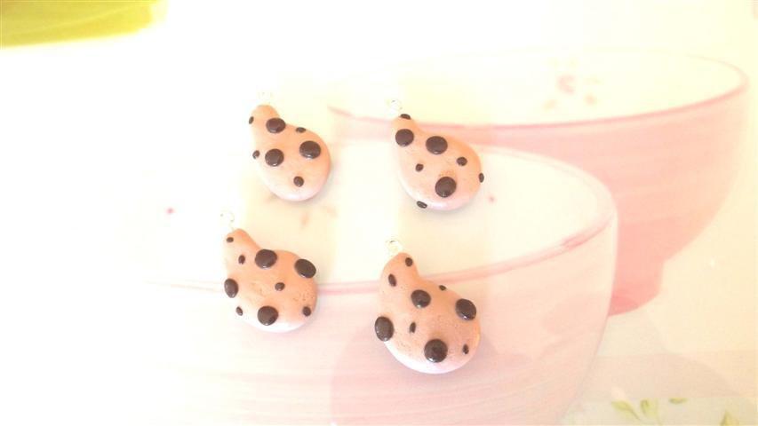 UN CIONDOLO CHARMS FIMO - merendina snack biscotto LE GOCCIOLE  - kawaii per orecchini braccialetti portachiavi collane
