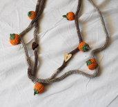 Collana AUTUNNALE in lana tubolare mélange beige.Applicazione ZUCCHE a crochet,cotone arancione e verde.Bottoni a forma di cuore in legno,uno chiaro ed uno scuro