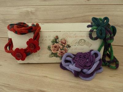 Collana in lana sfumata lavorata a tricotin e fiori in feltro,o cotone, o a tricotin e bottoni tono su tono