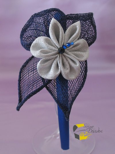 Cerchietto in raso blu con decoro floreale kanzashi color argento