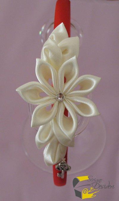Cerchietto in raso con fiore kanzashi bianco e charm chiave