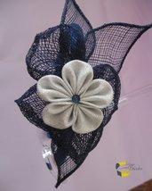 Cerchietto in raso blu con fiore kanzashi argento