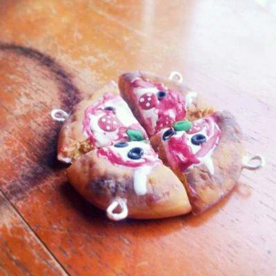 Un ciondolo fetta di pizza fatta a mano