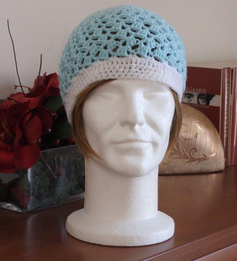 Cappello azzurro e bianco