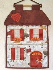 Pannello porta posta a forma di casetta, con romantici cuori alle finestre