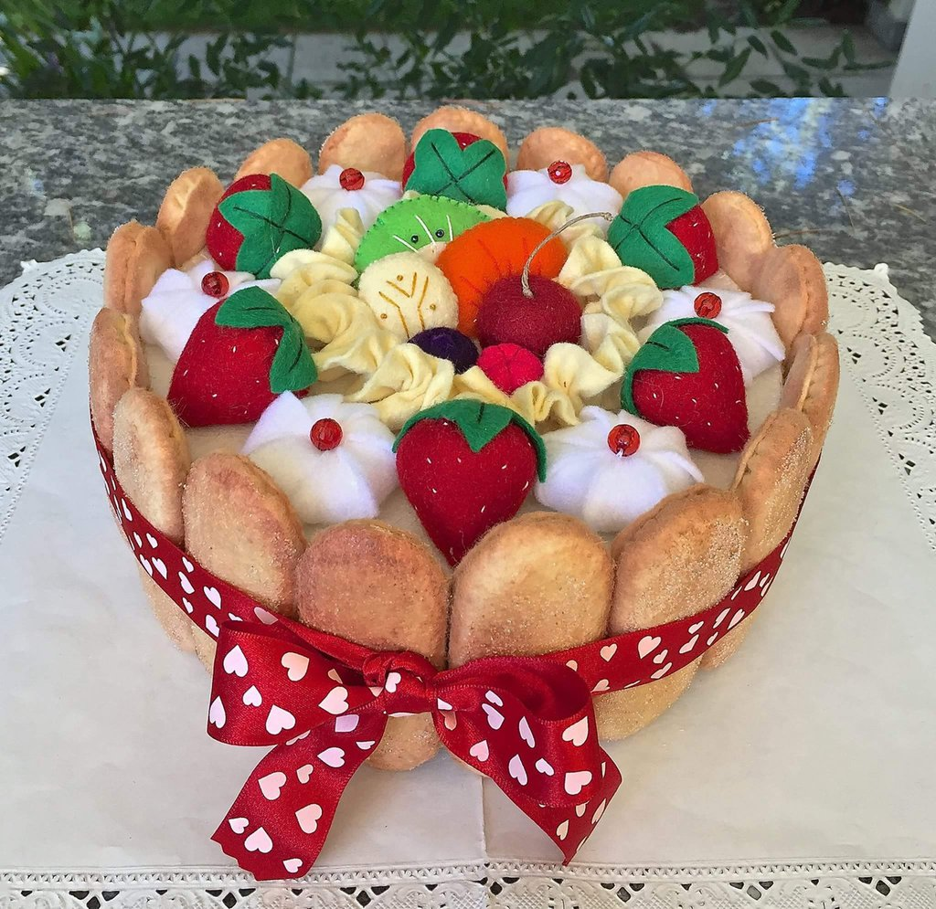 scatola di latta rivestita in feltro, charlotte di savoiardi, frutta e panna