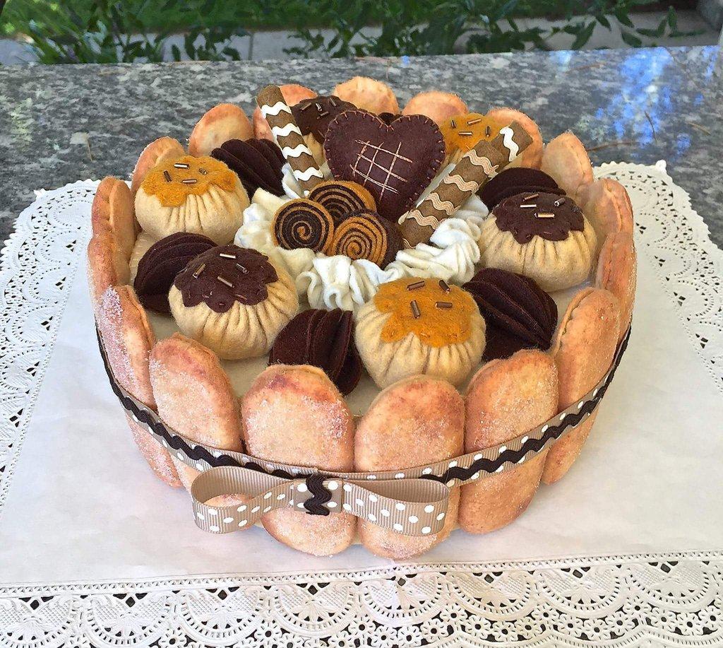 scatola di latta rivestita in feltro, charlotte di savoiardi al cioccolato con bigné, biscotti e panna