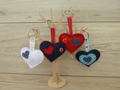 Portachiavi a forma di cuore imbottito cucito a mano arricchito con bottoni
