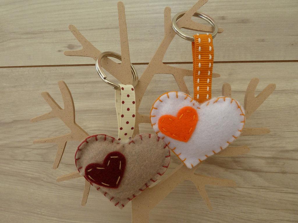 Portachiavi in feltro sottile,cucito a mano a forma di cuore in vari colori