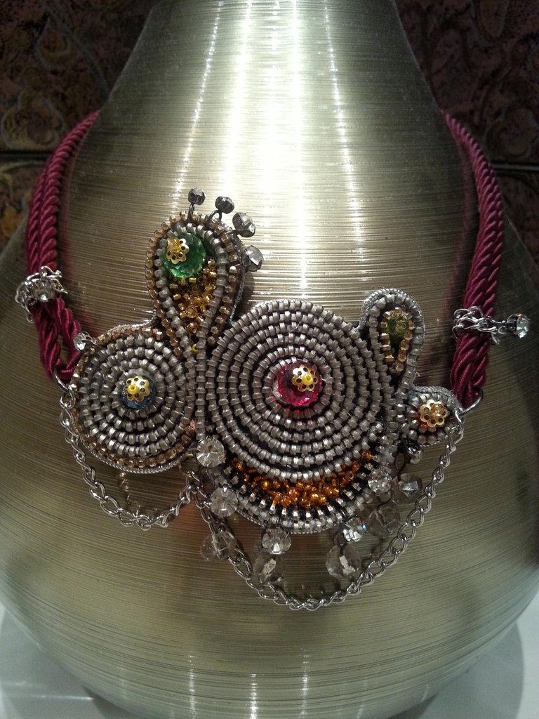 La collana fatta di zipp in stile orientale con cristalli e pendenti