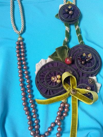 Collana lunga di zipp, fatta a mano con cristalli, perle e nastri