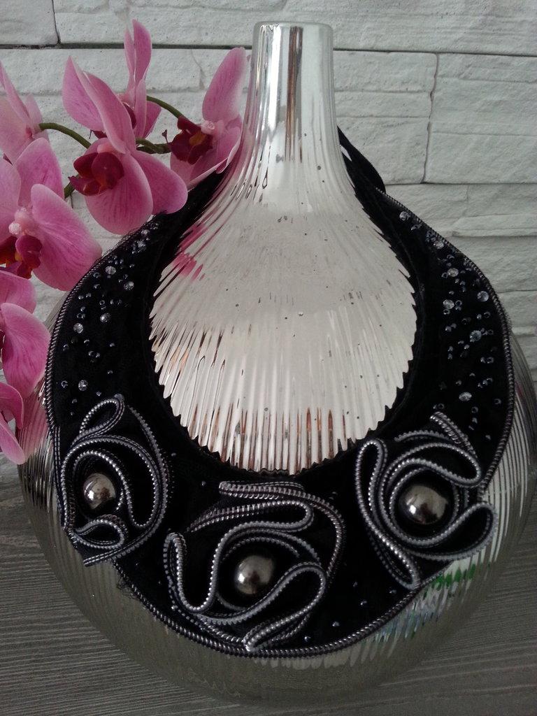 Collana nera larga con i 3 fiori fatti di chiusura lampo piegata