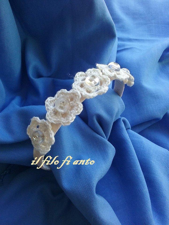 Cerchietto per capelli color panna con fiori e bottoni strass