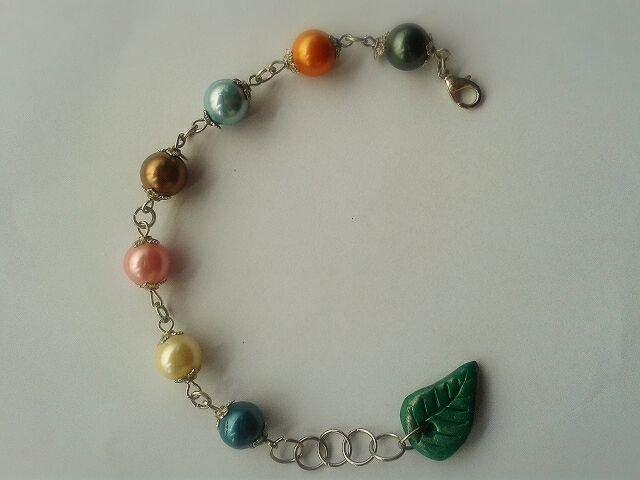 Braccialetto perline colorate e foglia in fimo