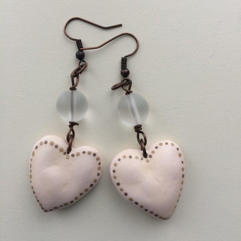 Orecchini con cuoricini rosa pallido e perla in vetro trasparente
