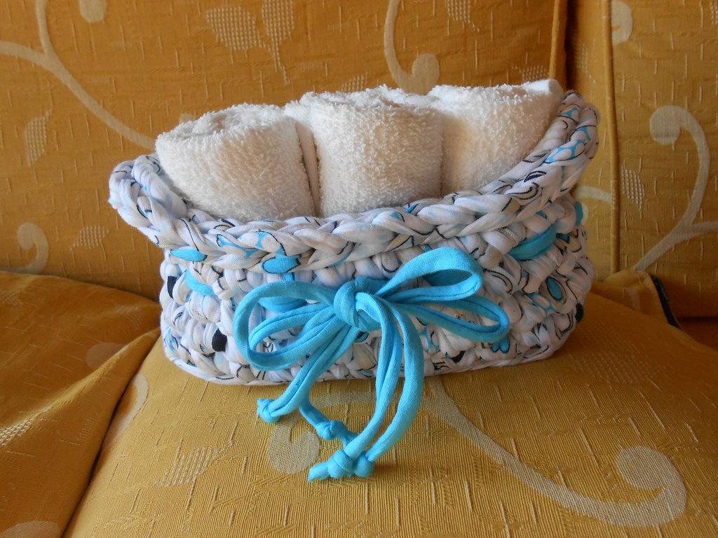 Cestino porta salviette  in fettuccia fantasia  con fiocco azzurro .