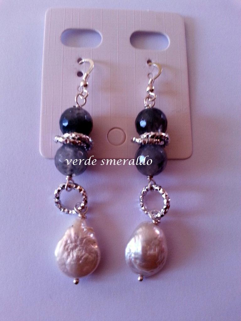 Orecchini pendenti con monachella in argento 925, perle di fiume e agata.