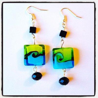 Orecchini pendenti raffinati con perle quadrate e sfaccettate nere e colorate