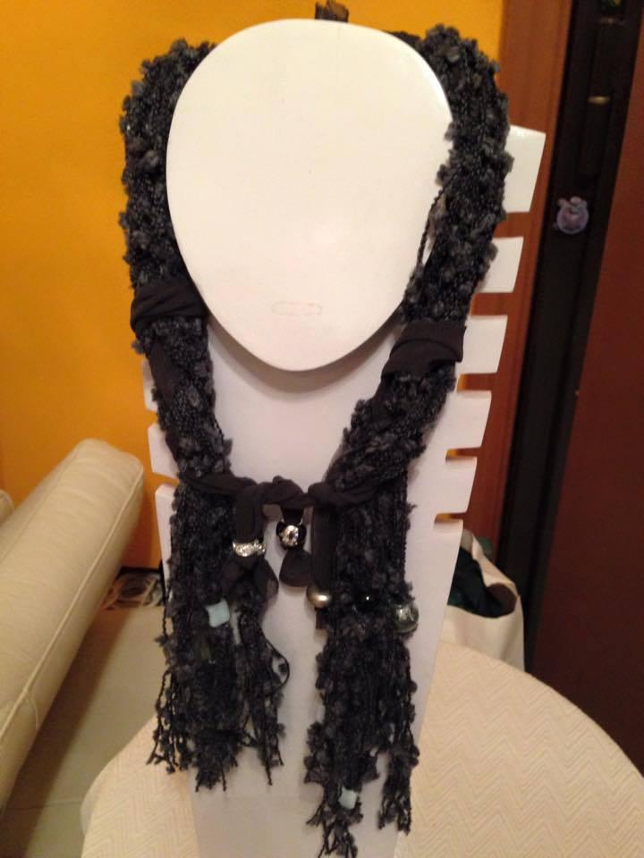 Collana in lana boucle' grigio antracite intrecciata con tulle e cristalli