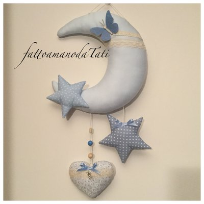 Fiocco nascita in piquet di cotone a forma di luna con cuore e stelle azzurri