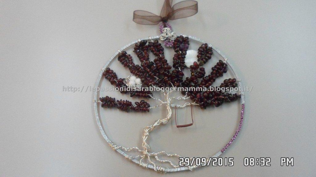 Quadretto albero della vita wire realizzato  con chips di granato  e decorato con strass SW.