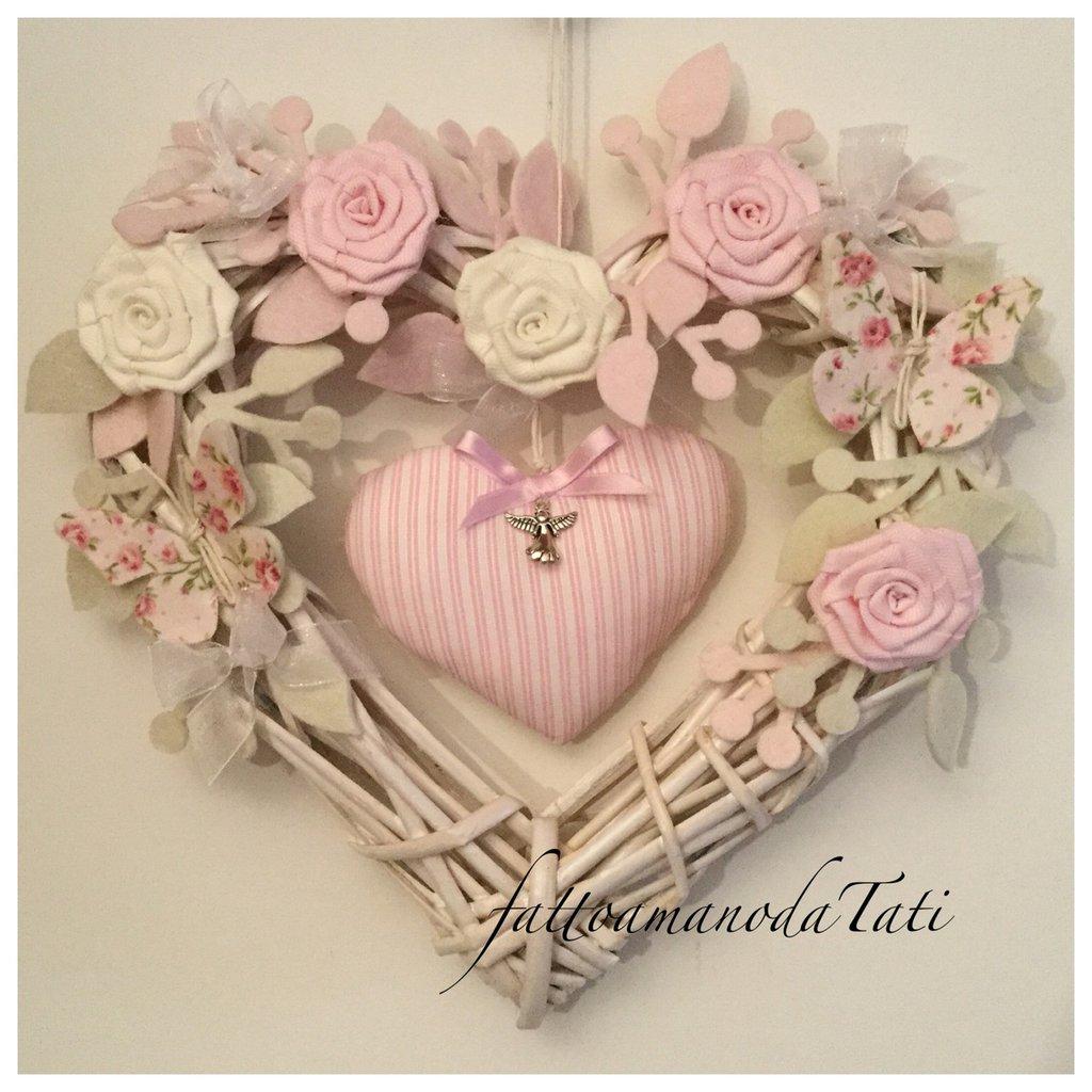 Cuore/fiocco nascita in vimini con roselline ,farfalle e un cuore rosa