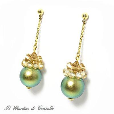Orecchini pendenti con perle verdi iridescenti e cristalli Swarovski oro fatti a mano - Ninfea