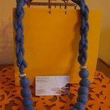 collana di lana all'uncinetto e perle di feltro blu petrolio