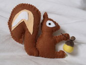 Scoiattolo d'autunno.Animaletto in feltro,imbottito,applicata una ghianda.Fatto a mano.Utilizzabile come spilla,ornamento,gioco,soprammobile