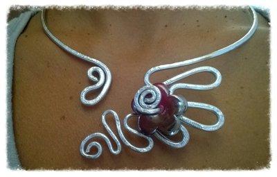 girocollo in alluminio con fiore