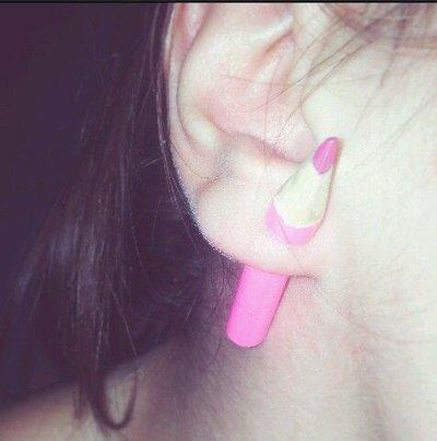 UN orecchino matita