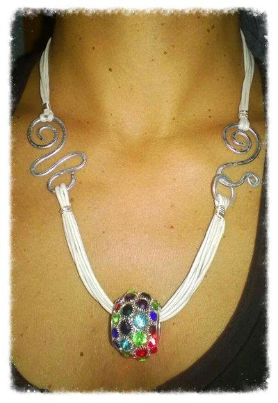 collana bianca, wire e perla colorata