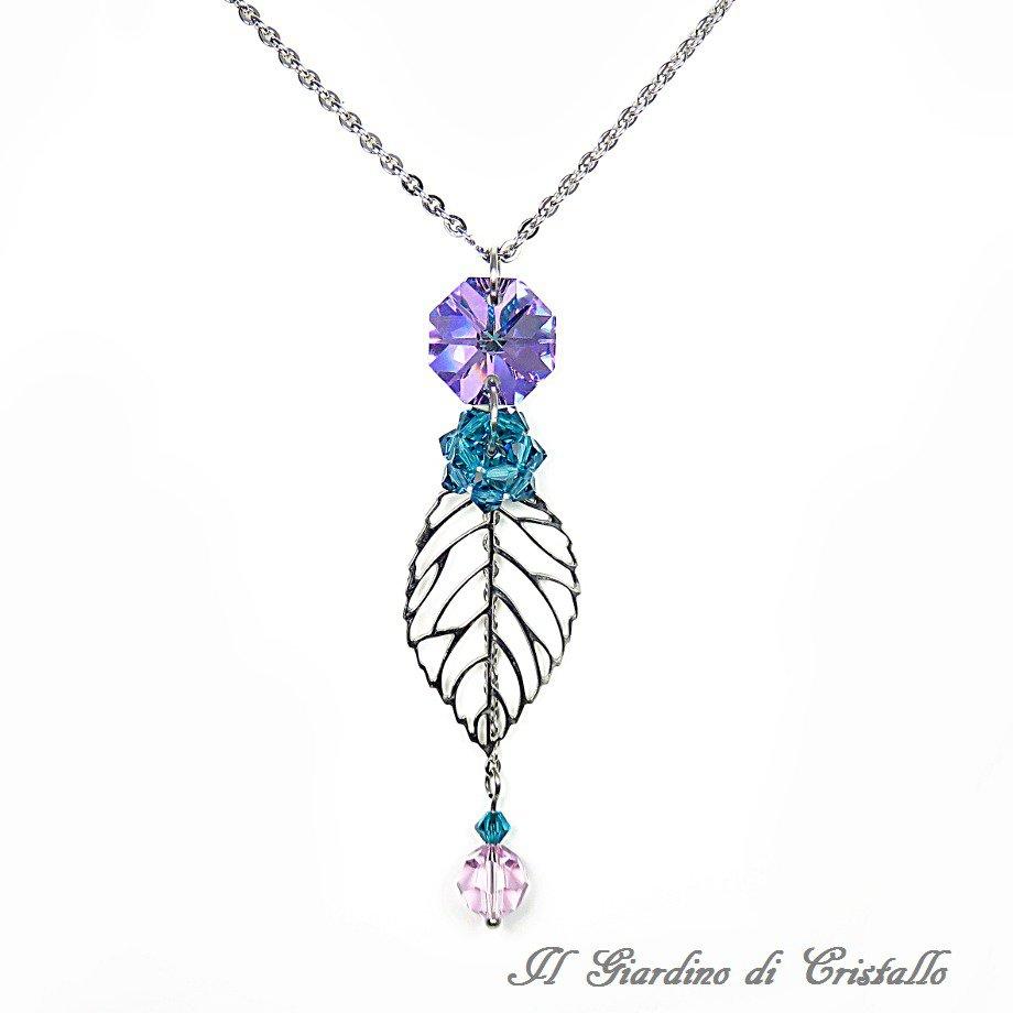 Collana lunga con foglia acciaio e cristalli viola e blu Swarovski fatta a mano - Acacia