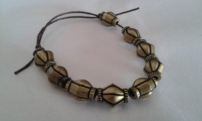 Bracciale per uomo con cordino e perle di metallo a nodi scorrevoli