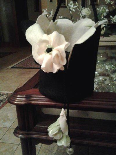 borsa in feltro e raso con papaveri bianchi