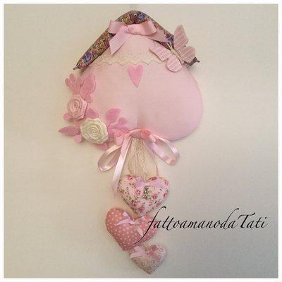 Fiocco nascita in piquet di cotone rosa a forma di casetta con cuori e rose