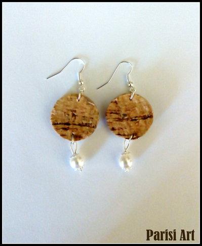 Orecchini pendenti fatti a mano con sfere di sughero e perle