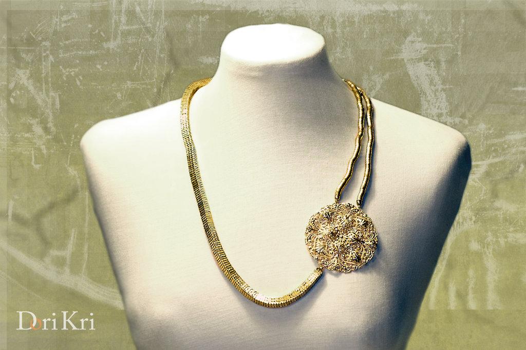 Collana dorata corta con pendente dorato in filigrana
