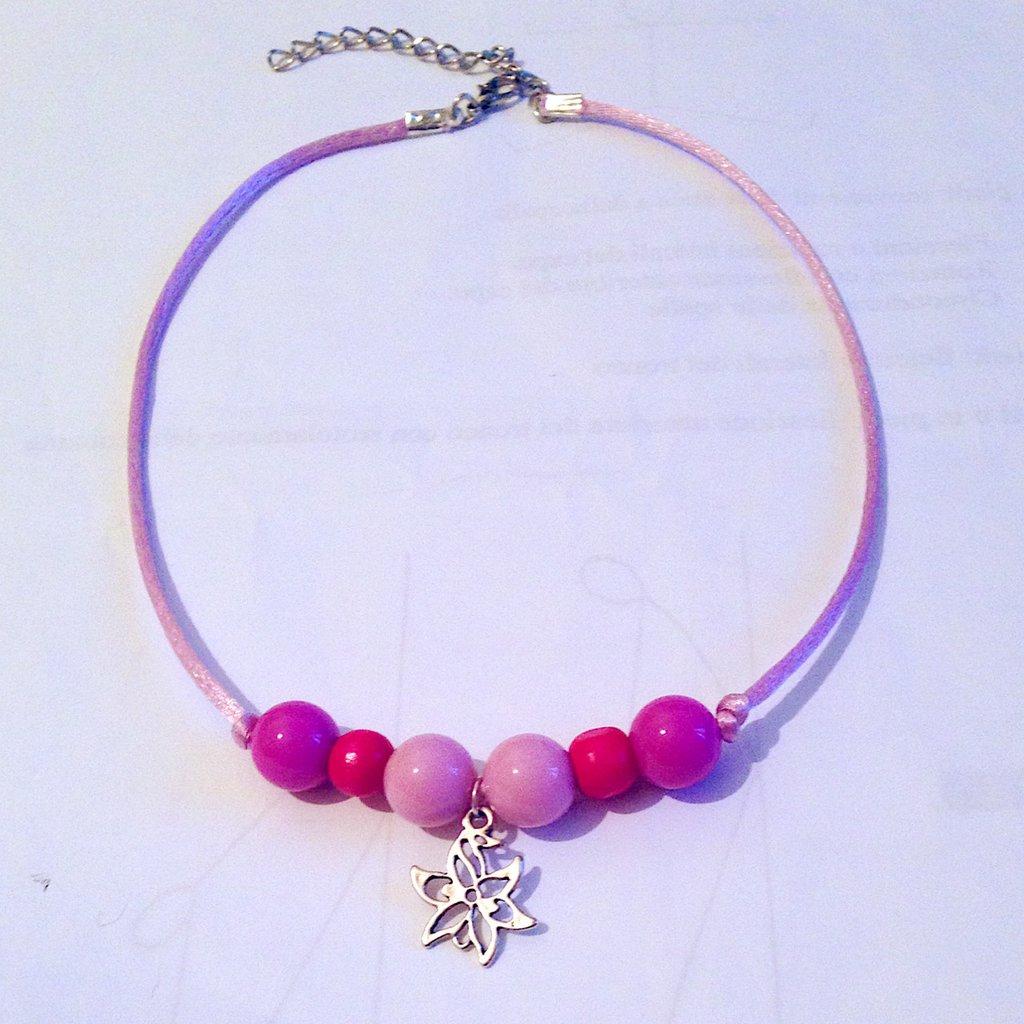 Collana girocollo regolabile con perle, coda di topo e ciondolo floreale nelle tonalità del rosa, fatta a mano
